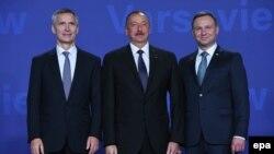 NATO baş katibi Jens Stoltenberg (solda) və Polşa prezidenti Andrzej Duda İlham Əliyevi salamlayır - 8 iyul 2016