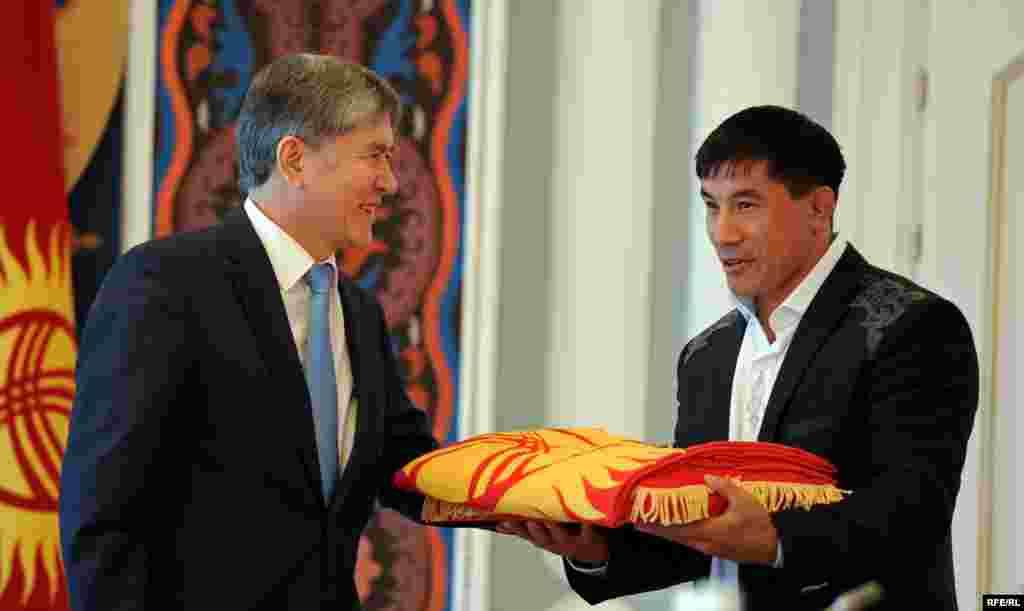 16-июлда президент Алмазбек Атамбаев олимпиадачыларды кабыл алып, кыргыз туусун балбан Данияр Көбөновго тапшырды.