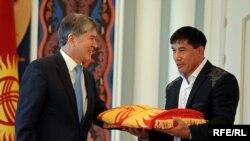 Президент Атамбаев Данияр Көбөновго Кыргызстандын туусун тапшырууда. Бишкек, 16-июль, 2012.