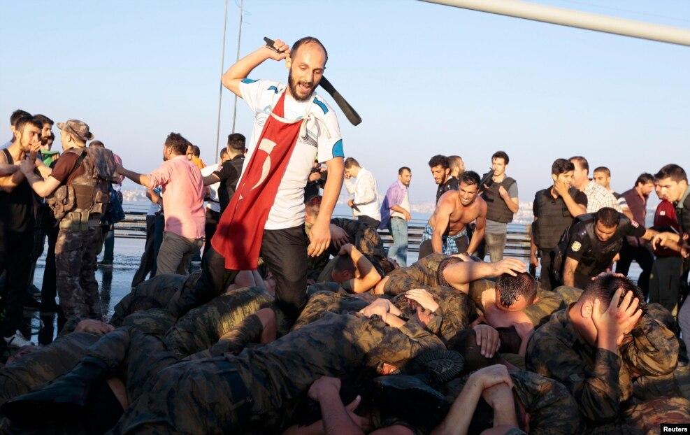 پس از کودتای نافرجام،انتقام از کودتاگران در ترکیه آغاز شد. نهادهای بین المللی از وضعیت حقوق بشر در ترکیه ابراز نگرانی کرده اند. هزاران نفر از جمله صدها روزنامه نگار روانه زندان شدند.