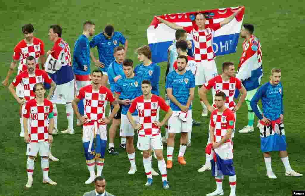 После матча в Лужниках. На поле - французские и хорватские футболисты.