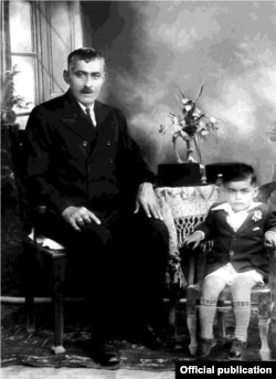نجف دریابندری در کنار پدرش، احتمالاً ۱۳۱۳ - عکس از کتاب «سالهای جوانی و سیاست»
