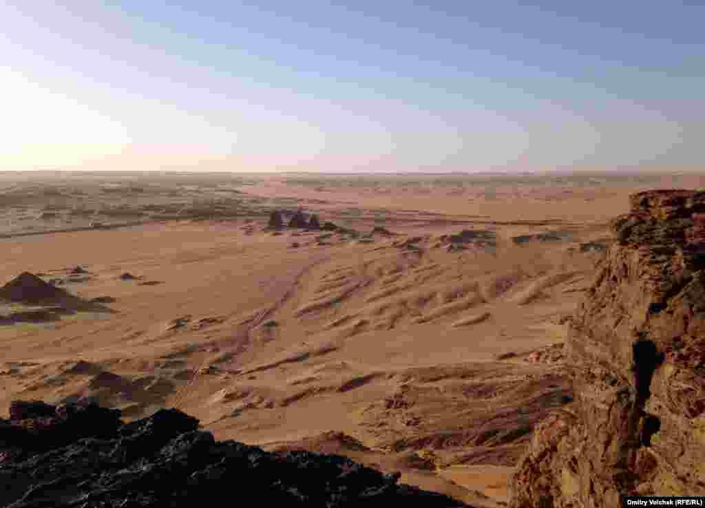 Вид на пирамиды со священной горы Джебель-Баркал