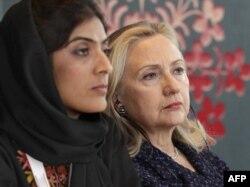 Ҳилларӣ Клинтон, вазири умури хориҷии Амрико (аз рост) ва Селай Ғаффор, раҳбари як созмони ғайридавлатии Афғонистон дар ҳамоиши Бонн.