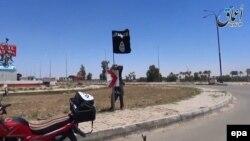 Իրաք - «Իսլամական պետության» զինյալը Ռամադիում տեղադրում է ահաբեկչական խմբավորման դրոշը, 18-ը մայիսի, 2015թ․