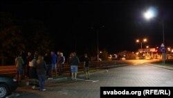 Сябры чакаюць машыну з Алесем Чаркашыным каля беларуска-ўкраінскай мяжы