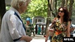 Зани солхӯрдае дар кӯчаҳои Душанбе садақа металабад