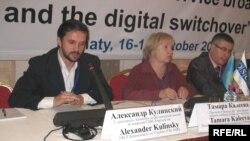 Александр Кулинский, председатель комиссии по рассмотрению жалоб по вопросам СМИ, Кыргызстан (слева направо); Тамара Калеева, руководитель прессозащитной организации «Адил соз», Нуриддин Каршибоев, председатель Ассоциации независимых СМИ, Таджикистан.