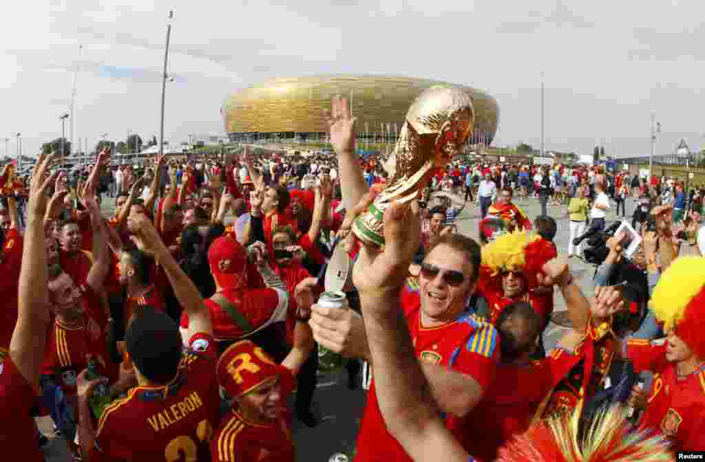 İspaniya azarkeşləri oyundan əvvəl bayram ovqatı yaratmağa calışırlar