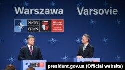 Президент України Петро Порошенко (л) та генеральний секретар НАТО Єнс Столтенберґ, Варшава, 9 липня 2016 року