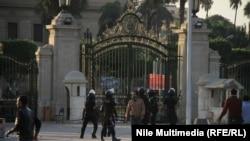 قوات الامن عند بوابة جامعة القاهرة