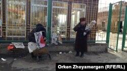 Продавцы газет в Петропавловске. Иллюстративное фото. 22 марта 2014 года.