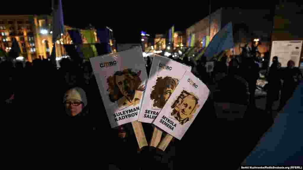 Siyasiy mabüsler Seyran Saliyev (Rusiyede ve yasağlanğan «Hizb ut-Tahrir»de iştirak etkeninde qabaatlanıp tevqif etildi), qırımlı jurnalist Mıkola Semena ve qırımtatyar faali Suleyman Kadırovnıñ resimleri