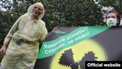 """Акция партии """"Яблоко"""" у германского посольства в Москве."""