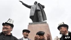 Лениндин айкелинин жанында. Ош. 15.4.2010.