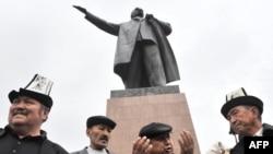Сторонники оппозиции у памятника Ленину в городе Ош, 15 апреля 2010 года