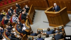 Former Ukrainian President Leonid Kravchuk (right) addressed lawmakers at an extraordinary session of the parliament in Kyiv on January 29.