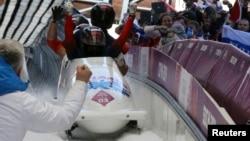 Російська команда з бобслею після перемоги на іграх у Сочі, фото 23 лютого 2014 року. Двох російських золотих медалістів-бобслеїстів із Сочі викрили у вживанні допінгу