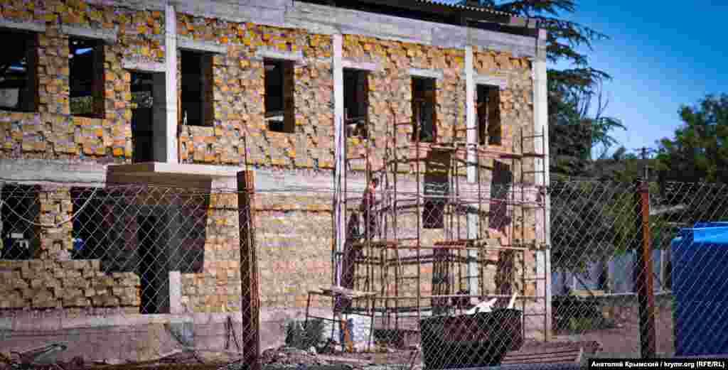 Спочатку будівництво «Нельсона» велося дуже активно. Зараз же на об'єкті можна побачити лише кілька робочих-обробників