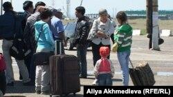 Қорғас кеден бекетінде тұрған адамдар. Алматы облысы, 26 мамыр 2011 жыл.