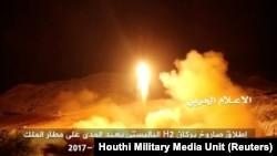 تصویری که رسانههای مرتبط با حوثیها میگویند مربوط به شلیک موشک حوثیها به سوی فرودگاه ملک خالد ریاض است