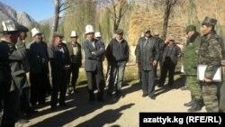 Ала-Бука районунун тургундары чек арачылар менен жолугушууда, 19-октябрь, 2012.