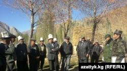 Қирғизистон чегарачилари Чотқол тумани аҳолиси билан учрашиб, вазият борасида тушунтириш ишларини олиб бормоқда.