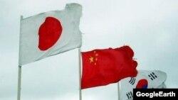 Жапония, Кытай жана Түштүк Кореянын желектери.