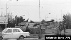 ირანის არმიის ტანკი და სამხედროები თეირანის აეროპორტისკენ მიმავალ გზაზე. არმიამ ხელი შეუშალა ირანის ავიახაზების თვითმფრინავის პარიზში გაფრენას, სადაც აიათოლა ხომეინი იმყოფებოდა.