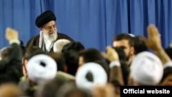 Иран мемлекеттік телеарналарынан көрсетілген аятолла Әли Хаменеидің суреті. 8 наурыз 2015 жыл.