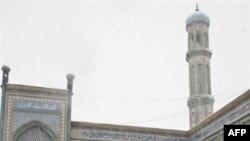 Мусулмандар Дүйшөмбүдөгү жаами мечиттин короосунда бата кылышууда.