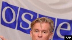 Еуропадағы қауіпсіздік және ынтымақтастық ұйымының қазіргі төрағасы Литва сыртқы істер министрі Аудрониус Азубалис. Бішкек, 3 наурыз 2011 жыл.