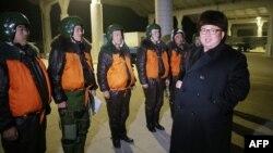 Udhëheqësi i Koresë Veriore, Kim Jong-Un me pilot të ushtrisë së vendit