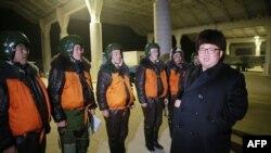 Ким Чен Ын с военными лётчиками на секретной базе, 21 декабря 2016