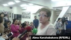 Мектеп асханасын жалға алып отырған азамат Гүлнар Мәмиев. Алматы, 11 маусым 2015 жыл.