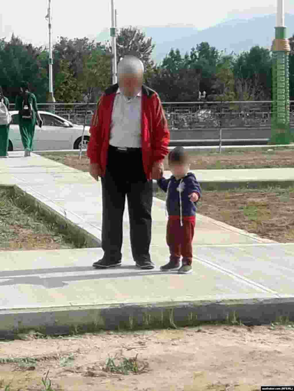 Agtygy bilen gezelenje çykan ata onuň soraglaryna jogap berip ýetişmeýär. Aşgabat, aprel, 2020.