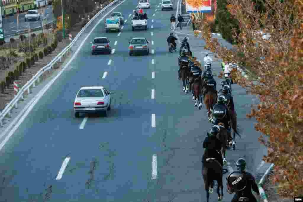 پلیس اسب سوار در تهران؛ نیروهای یگان ویژه در حاشیه بازی تیمهای پرسپولیس و استقلال با شمایل جدیدی ظاهر شدند. حضور این نیروها با اسب در ورزشگاه آزادی و راههای منتهی به آن، توجه افراد را به خود جلب کرده بود.