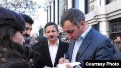 """Şərif Ağayar """"Aftafalı antrakt"""" kitabını oxucuları üçün imzalayır"""