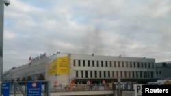 Дим від вибуху в Брюссельському аеропорту, 22 березня 2016 року