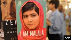 Pakistan -- Malala Yousafzaiın kitabı İslamabad-dakı kitab dükanında, 8 oktyabr 2013.