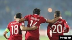 Футболисты сборной Армении после победного матча против соперников из Черногории. Ереван, 11 ноября 2016 г.