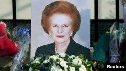 Портрет Маргарет Тэтчер, выставленный перед ее домом после ее смерти. Лондон, 8 апреля 2013 года.