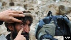 Американський солдат фотографує сітківку у афганського чоловіка, провінція Нурістан, 14 лютого 2010 року