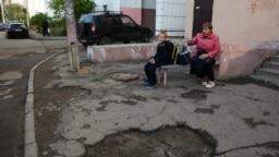 Типичный двор, состояние которого много лет игнорировали депутат-единорос Марат Нуриев и районный глава-единорос Тимур Алибаев. Есть ли шанс, что они посетят его в связи с грядущими выборами?