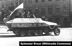 Варшавські повстанці на відбитому в німців бронетранспортері