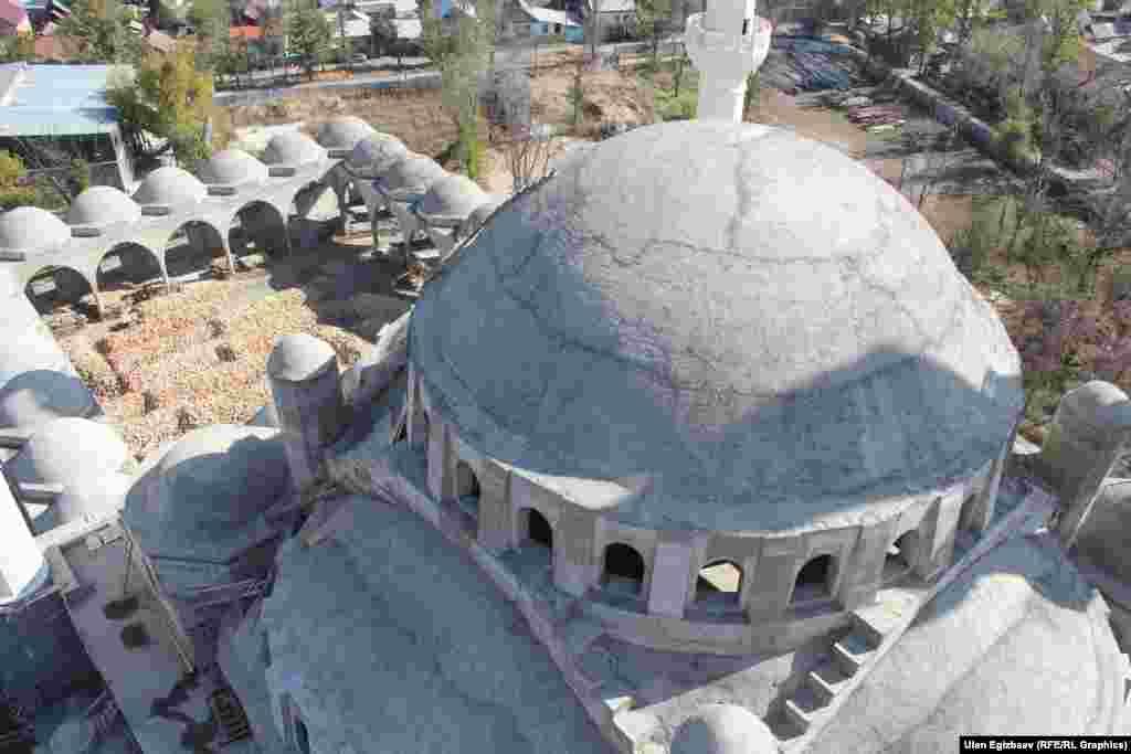 Длина мечети составляет 100 метров, а ширина - 50. Мэрия Бишкека выделила под строительство 3,26 га.