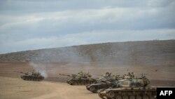 صورة من الأرشيف لدبابات تركية وهي تتخذ مواقعها قرب الحدود السورية