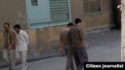 نمایی از حیاط زندان رجاییشهر کرج: احمد زیدآبادی و مجید توکلی در سمت چپ تصویر