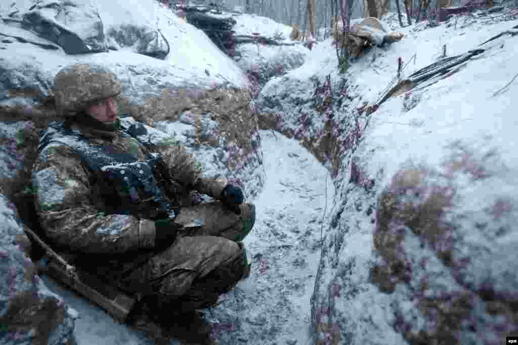 Український вояк на передовій у перерві бою з бойовиками угруповання «ДНР» у районі села Луганське (18,5 кілометрів на північ від Дебальцева), 29 грудня 2016 року