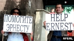 Armenia -- Supporters of jailed journalist Ernest Vardanean protest in front of the Russian Embassy, Yerevan, 11May2010
